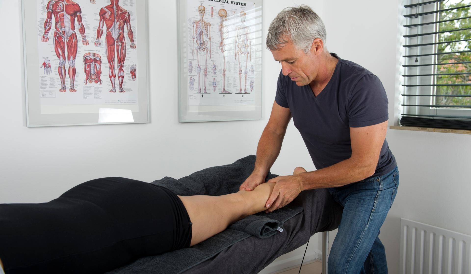 Paramedisch. Dit is een afbeelding op de pagina paramedis. Een fysiotherapeut in Hoorn bij Frits van der Werff fysiotherapie behandelt een patient