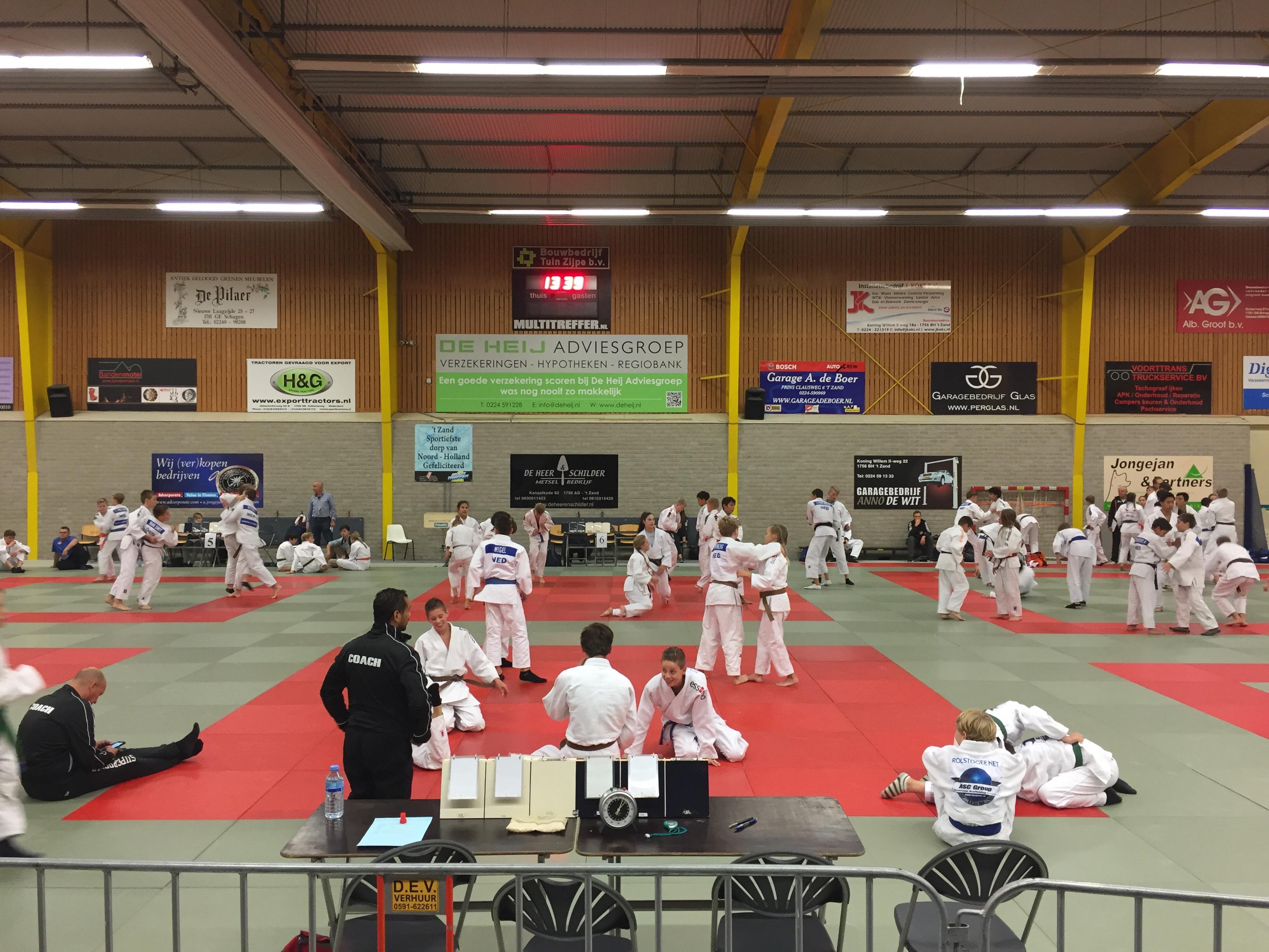 Dit is een foto vn een budo-judo toernooi. Jeugdjudo en karate bij Frits van der Werff