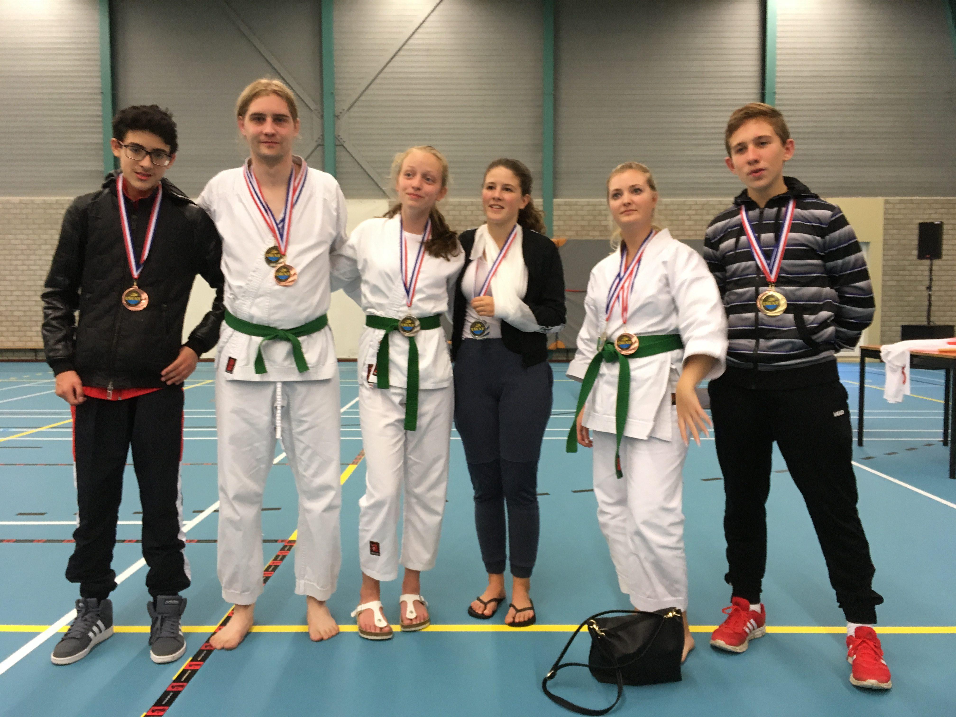 Dit is een foto van budo en judo bij Sportinistituut Frits van der Werff uit Hoorn, Jonge judoka's die prijzen hebben gewonnen bij een judowedstrijd