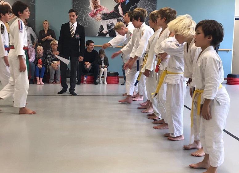 Dit is een foto van jongste judoteam Frits van der Werff. Judoka's op de tatami bij Sportinstituut Frits van der Werff