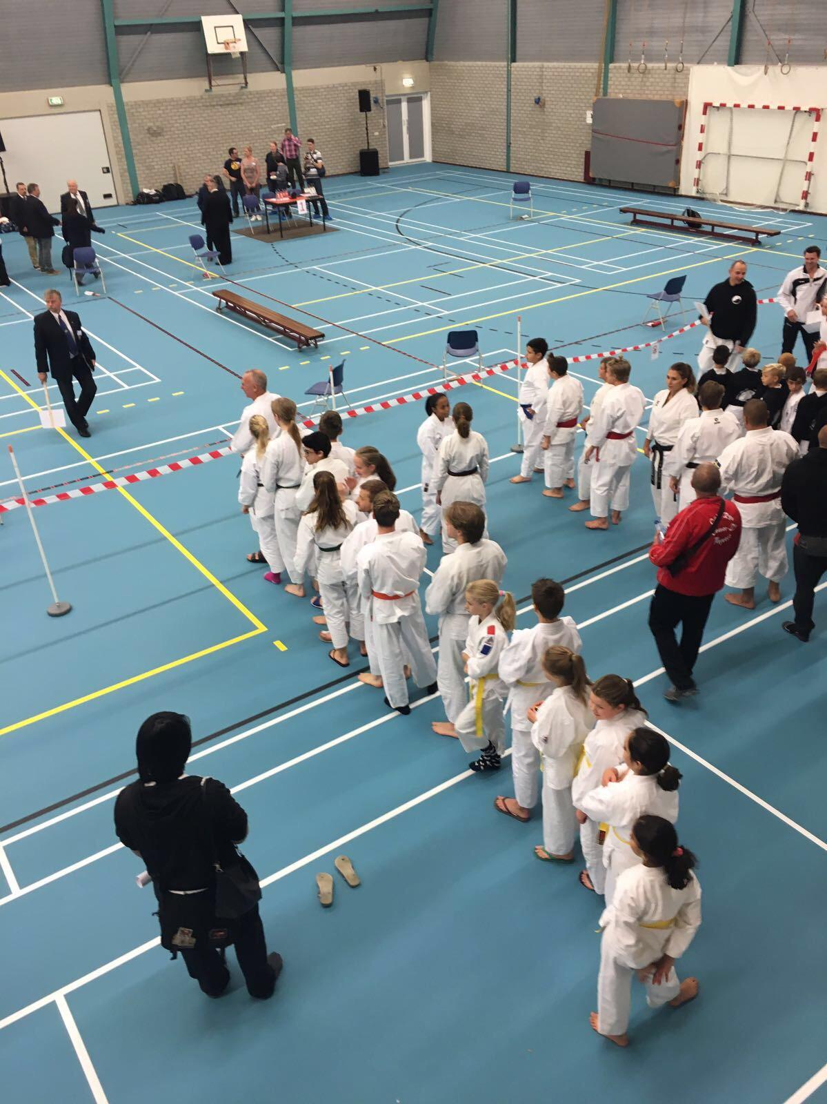 Dit is een foto van judoka's van Sportinstituut Frits van der Werff Hoorn. Een bandenexamen voor judo